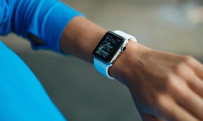बिना मोबाइल नेटवर्क के 'ऐपल वॉच' वॉकी-टॉकी की तरह कराएगी बात, जल्द होने वाला है यह कमाल