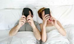 लाइफ पार्टनर से ज्यादा अपने फोन से मोहब्बत करते हैं 65 परसेंट भारतीय, चौंकिए नहीं सच है!
