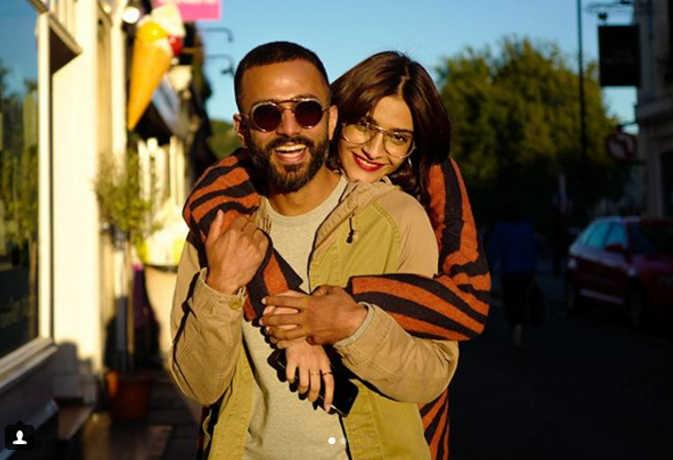 सोनम ने बीच सड़क किया आनंद से प्यार का इजहार कहा, 'अभी न जाओ छोड़ कर'