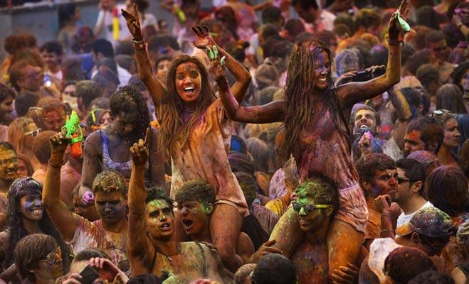 भारत ही नहीं इन देशों की हवाओं में भी घुलता है होली का रंग
