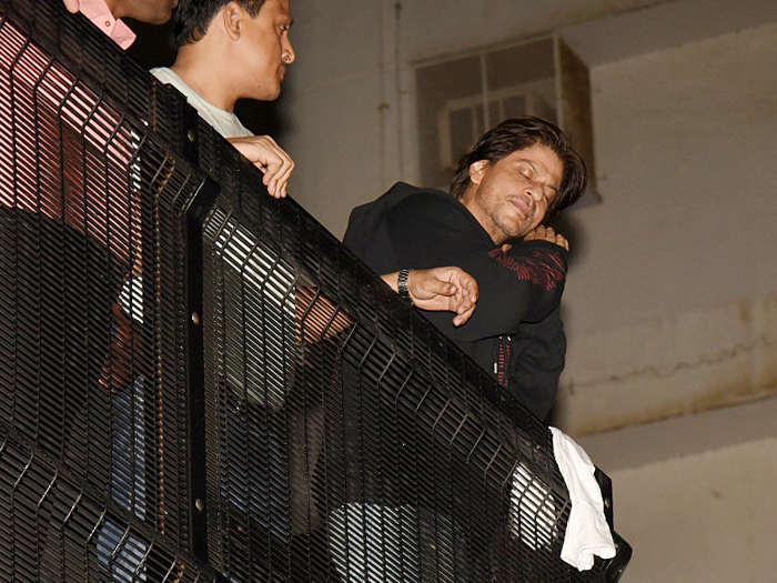shah rukh khan birthday: किंग खान को बर्थडे विश करने आधी रात पहुंचे फैंस,srk ने बाॅलकनी में आकर किया अभिवादन
