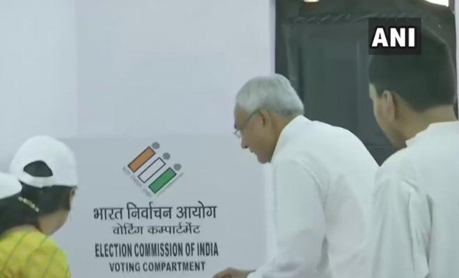 lok sabha elections 2019 7th phase : सीएम योगी से लेकर शत्रुघ्न सिन्हा तक कई दिग्गजों ने डाले वोट और दिखाए निशान