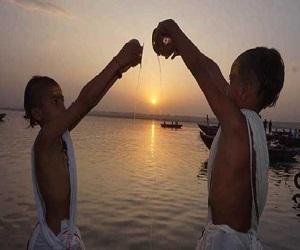 सूर्य देव को जल अर्पण करने के हैं बड़े फायदे, किसी चीज की नहीं रहेगी कमी, जानें विधि