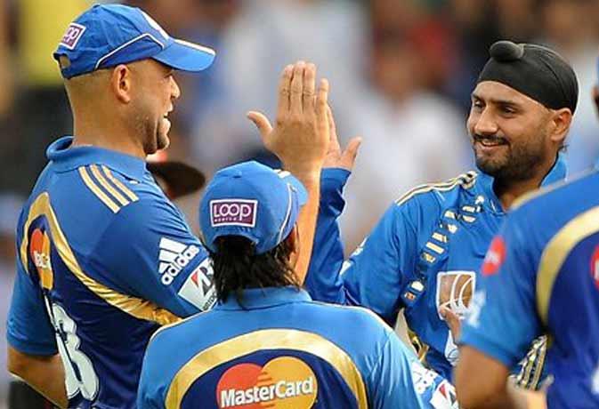 आईपीएल के दौरान हरभजन और साइमंड्स, फोटो सोर्स: गूगल