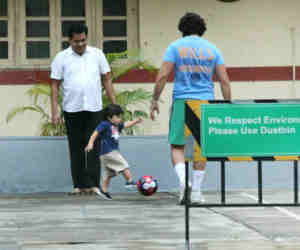 तसवीरें : पापा सैफ अली खान बने तैमूर के फुटबॉल कोच नन्हें नवाब ने सीख लिया किक मारना