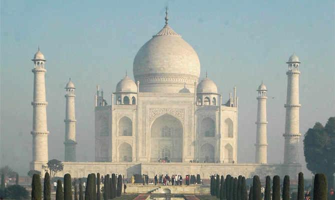 ताजमहल में बंदरों का हमला, कई विदेशी पर्यटकों को काटा