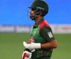 एशिया कप 2018 : हाथ में प्लॉस्टर बांधकर मैदान में उतरा ये बल्लेबाज, टूटे हाथ से की बैटिंग