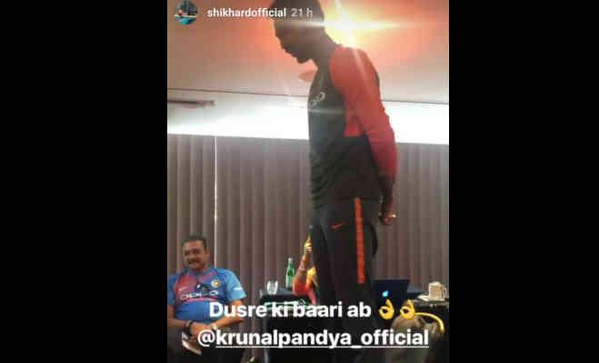 टीम इंडिया में शामिल नए खिलाड़ी को कुर्सी में खड़ा करके ली जाती है रैगिंग,सामने आई तस्वीर