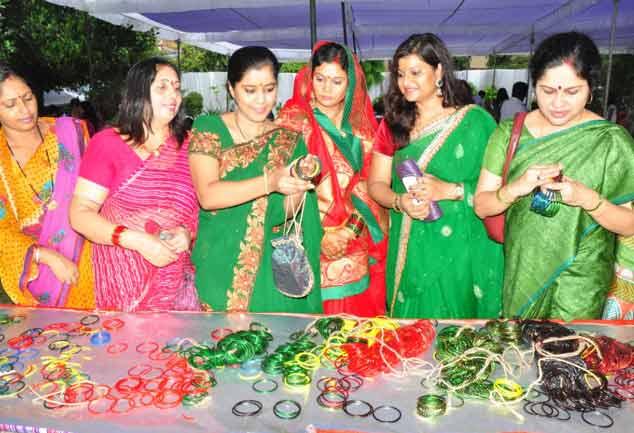 देश भर में आज मनाया जा रहा तीज का त्योहार, बाजारों में रौनक