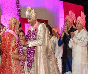 लालू के बेटे की शादी: वरमाला के बाद खाने पर टूट पड़े लोग, फूड आइटम व प्लेट चम्मच तक पर मची लूट, देखे तस्वीरें