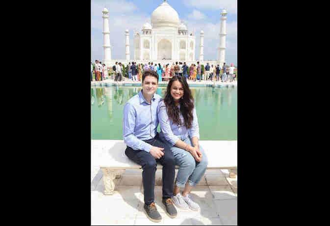 आगरा पहुंची चर्चित IAS जोड़ी,  पति अतहर संग टीना डाबी ने किया ताज का दीदार