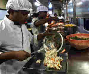 IRCTC की खास पहल, लाइव स्ट्रीमिंग से देख सकेंगे यात्रियों को कैसे आैर कितना मिलता है खाना