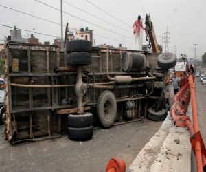 गुजरात में बड़ा हादसा : ट्रक पलटने से तीन बच्चों समेत 19 लोगों की मौत, छह घायल