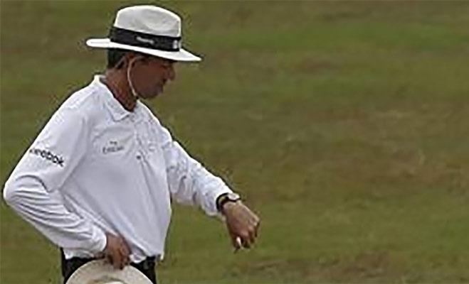 क्रिकेट मैदान पर अंपायर के इन इशारों का क्या होता है मतलब