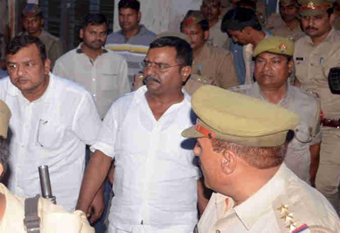 उन्नाव: बीजेपी विधायक का भाई गिरफ्तार और बढ़ी धाराएं, एसआईटी को सौंपी गई मामले की जांच