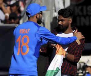भारत-आयरलैंड मैच में मैदान में घुस आया एक युवक, दो मैचों में फ्लॉप रहे कोहली के साथ करने लगा ये हरकत
