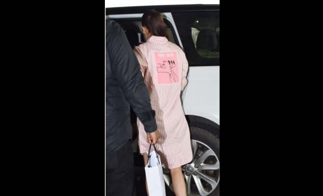 विराट कोहली को एयरपोर्ट छोड़ने आईं अनुष्का,सबके सामने लगाया गले