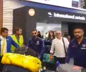 पत्नी अनुष्का के साथ न्यूजीलैंड पहुंचे विराट कोहली, एयरपोर्ट पर फैंस लगे चिल्लाने