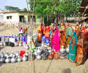 सीएम के शहर में अाधे लोग प्यासे, तरस रहे हैं साफ पानी को