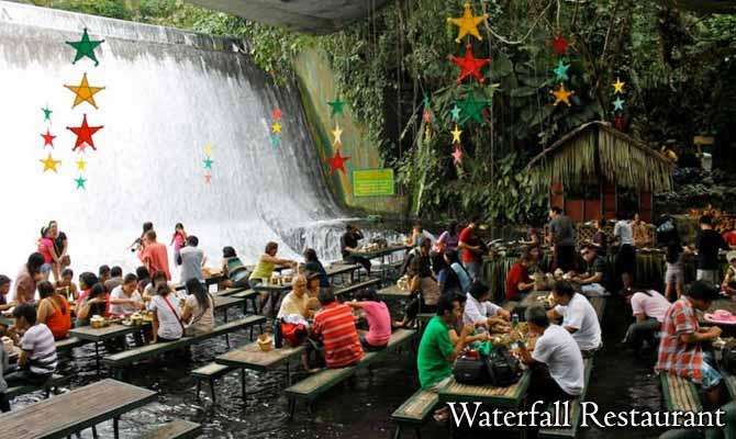 पानी से लबालब इस वॉटर फॉल में बना है रेस्टोरेंट, लोग यहां डूबकर खाते हैं खाना!