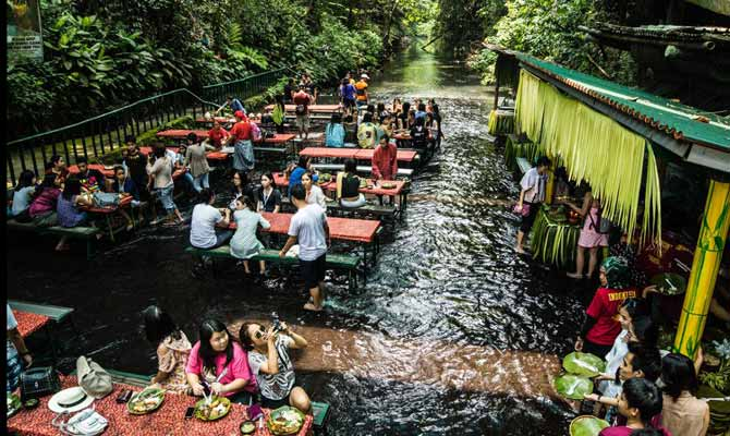 पानी से लबालब इस वॉटर फॉल में बना है रेस्टोरेंट,लोग यहां डूबकर खाते हैं खाना!