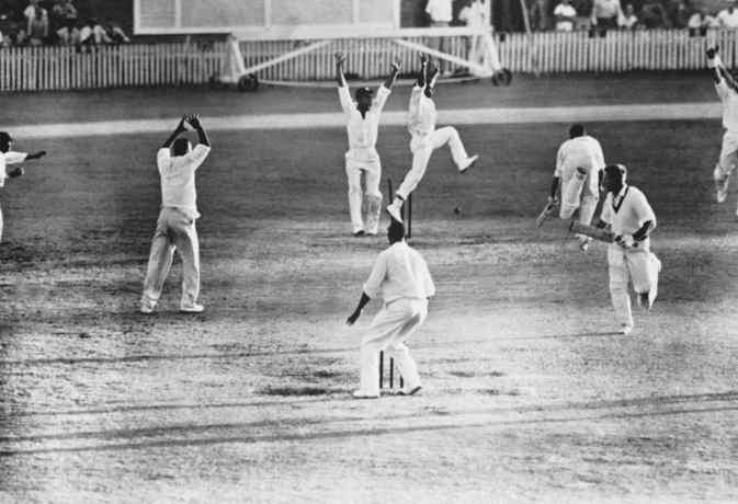 सबसे लंबा रन-अप लेने वाले इस गेंदबाज ने टाई करवाया था पहला टेस्ट मैच
