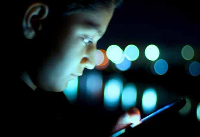 देर रात तक अंधेरे में स्मार्टफोन का यूज करने वाले हो सकते हैं ब्लाइंड