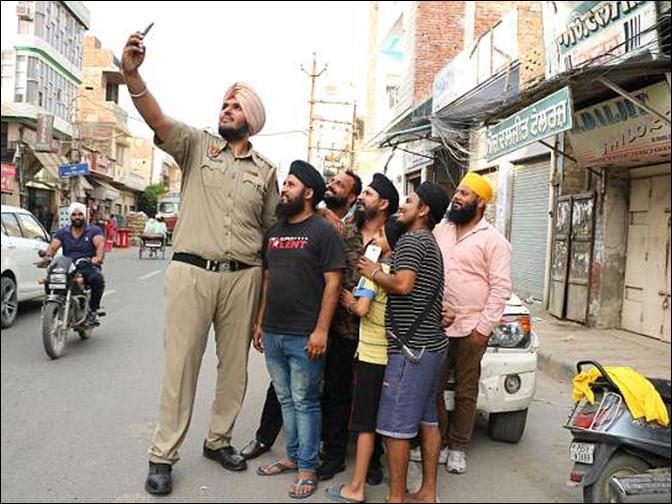 Image result for जगदीप सिंह ये हैं दुनिया का सबसे लंबा पुलिसकर्मी